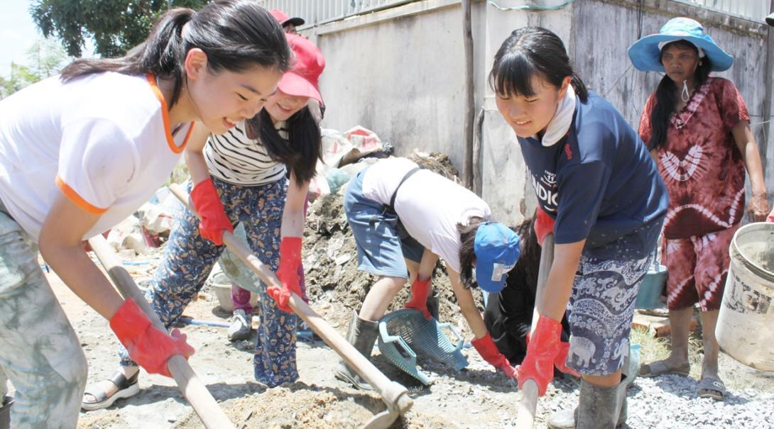 地域奉仕活動の一環としてカンボジアの道の整備に取り組む高校生ボランティア
